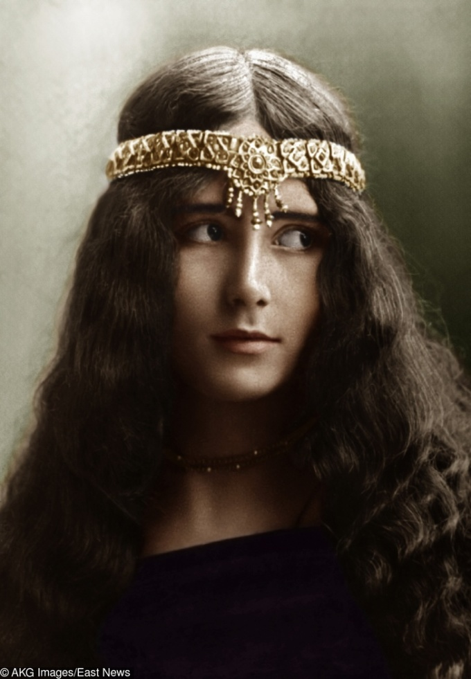 """<p> <strong>3. Cleo de Merode</strong><strong>(1875 - 1966)</strong><br /><br /> Cô là vũ công người Pháp, đoạt giải """"Nữ hoàng sắc đẹp"""" trong cuộc thi """"Người phụ nữ đẹp nhất thế giới"""", do tạp chí Illustration tổ chức năm 1896.</p>"""