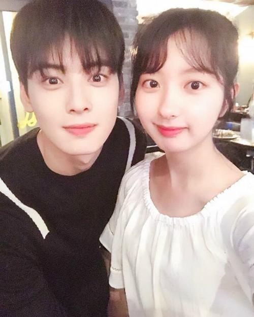 Nữ diễn viên vừa hoàn thành vai diễn trong bộ phim hot My ID is Gangnam beauty. Ji Min chụp ảnh cùng Cha Eun Woo trong buổi tiệc mừng công.