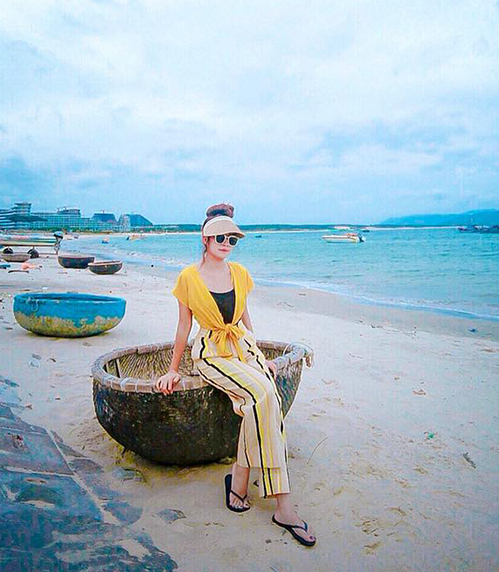 Minh Hà đã lâu mới có dịp thảnh thơi dạo biển chụp hình trong... 10 phút vì cả hai vợ chồng đều rất bận rộn.