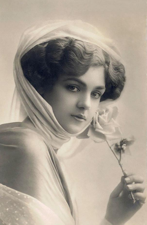 <p> <strong>7. Rita Martin</strong><strong>(1875 - 1958)</strong><br /><br /> Cô là người luôn đấu tranh cho phụ nữ và là một nhiếp ảnh gia. Vào thời ấy, cô là người được chụp ảnh nhiều nhất.</p>