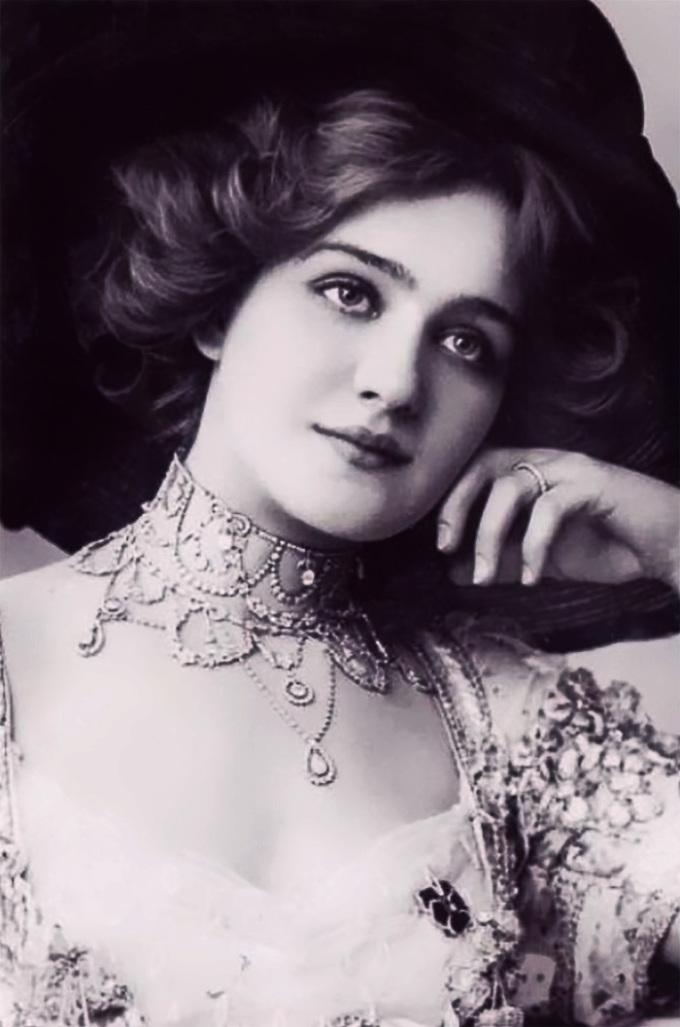 <p> <strong>9. Lily Elsie</strong><strong>(1886 - 1962)</strong><br /><br /> Cô là nữ diễn viên, ca sĩ người Anh.</p>