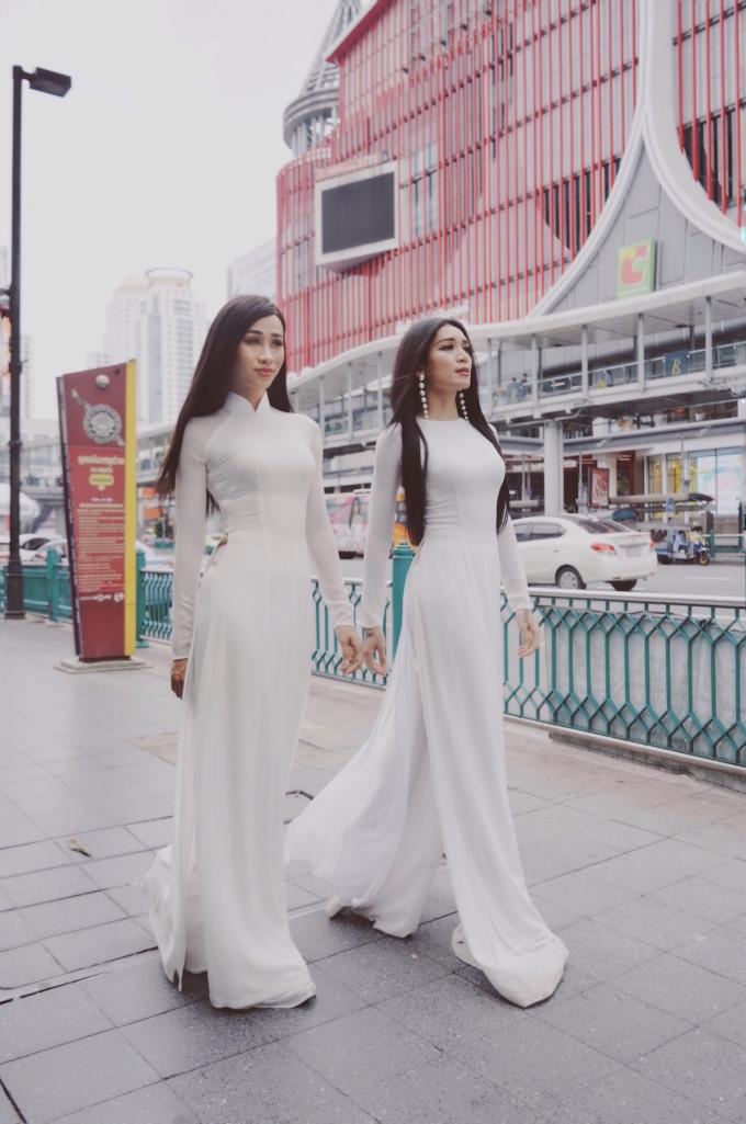 """<p> Cặp nam diễn viên được mệnh danh """"giả gái xinh nhất Việt Nam"""" vừa thực hiện bộ ảnh """"Cùng áo dài Việt đi khắp thế gian"""" tại Thái Lan.</p>"""