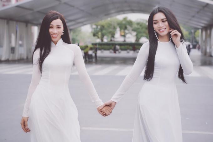 """<p> Bộ đôi diễn viên chia sẻ: """"Mỗi khi giả gái, BB Trần - Hải Triều đều rất thích chọn áo dài. Đây là quốc phục mang đậm nét văn hoá của người Việt cũng như tôn lên nét dịu dàng, đằm thắm của người phụ nữ"""".</p>"""
