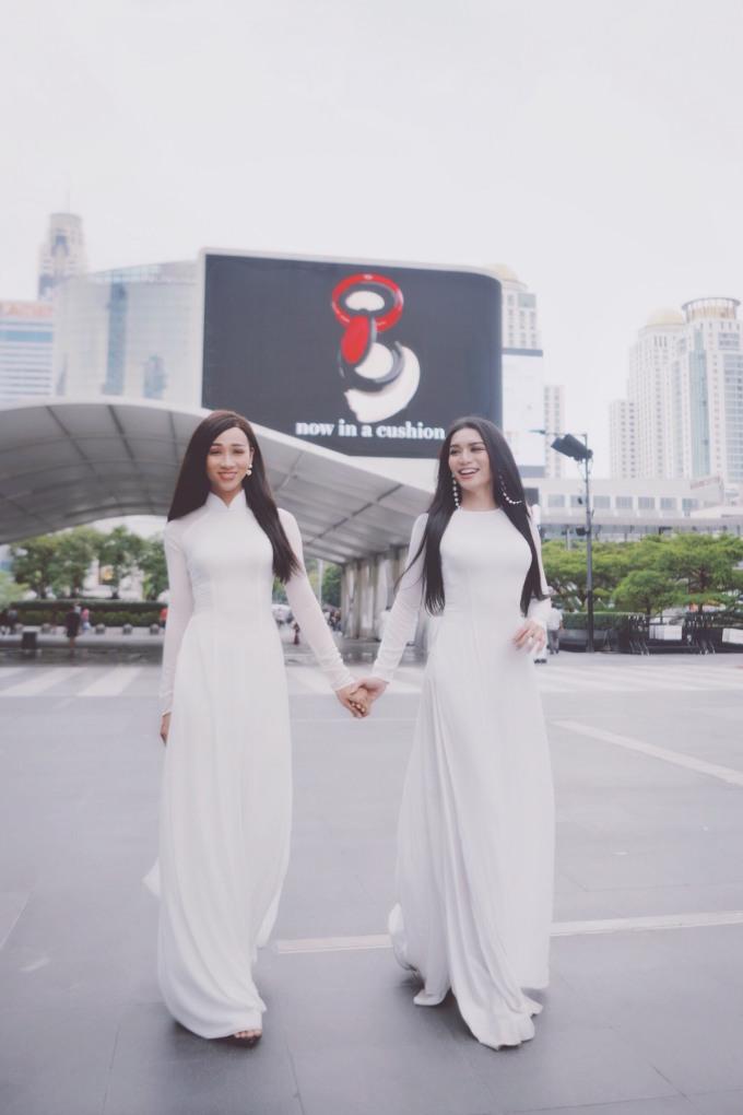 """<p> Cặp """"chị em song sinh"""" chọn áo dài trắng tinh khôi khoe nét dịu dàng, duyên dáng.</p>"""