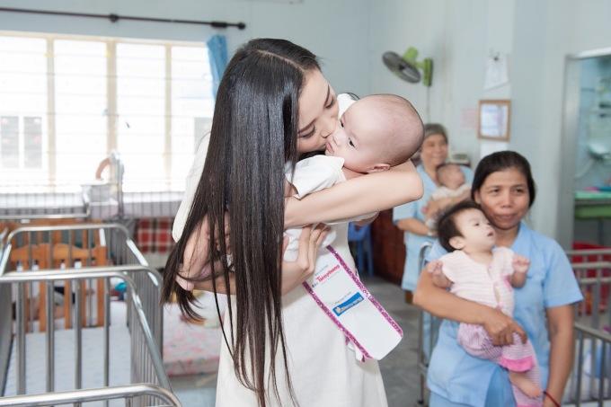 <p> Á hậu Thúy An ân cần chăm sóc, dành tặng cho các em bé nụ hôn.</p>