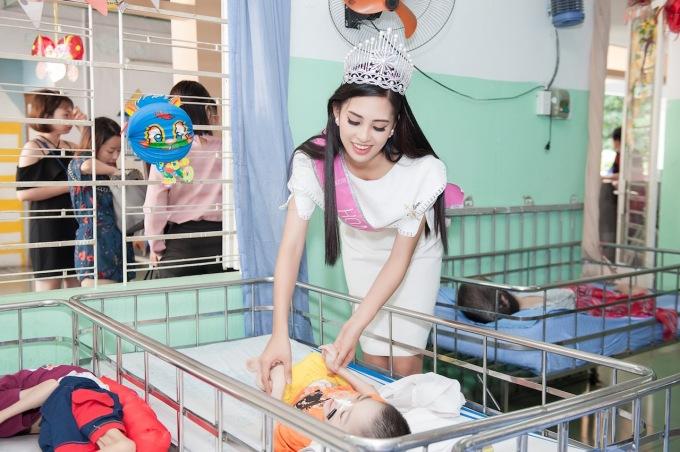 Hoa hậu Trần Tiểu Vy xúc động thăm trẻ em tàn tật, mồ côi