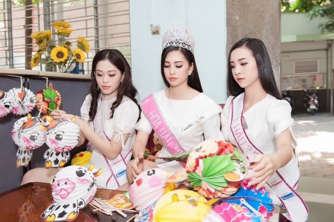 """<p> Sau đó, các người đẹp bắt tay tổ chức """"Vui Tết Trung thu"""" cho các em.</p>"""