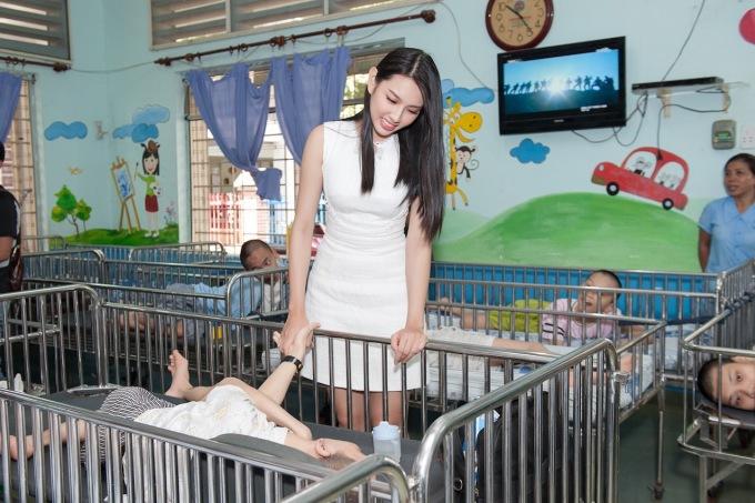 <p> Người đẹp nhân ái Nguyễn Thúc Thùy Tiên bên các em nhỏ.</p>