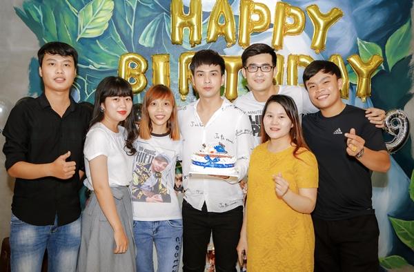 Tai tiệc sinh nhật mới đây, Hồ Quang Hiếu chiều fan khi mời FC miền Nam đến tận nhà riêng để cùng thổi nến. Họ đều là những fan ruột gắn bó với nam ca sĩ từ nhiều năm qua.