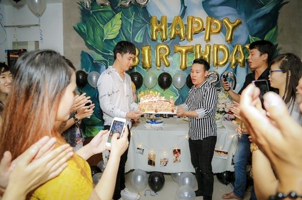 Fan đã mang bánh, quà và trang trí cho không gian tại nhà Hồ Quang Hiếu thêm phần lung linh.