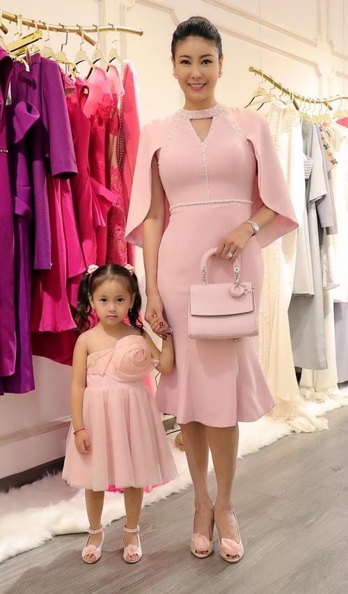 Hai mẹ con Hoa hậu Hà Kiều Anh diện đồ đồng điệu dự sự kiện.