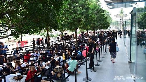Người dân đổ xô xếp hàng dài chờ mua iPhone XS tại Singapore