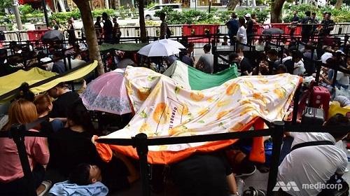 Người dân đổ xô xếp hàng dài chờ mua iPhone XS tại Singapore - 1