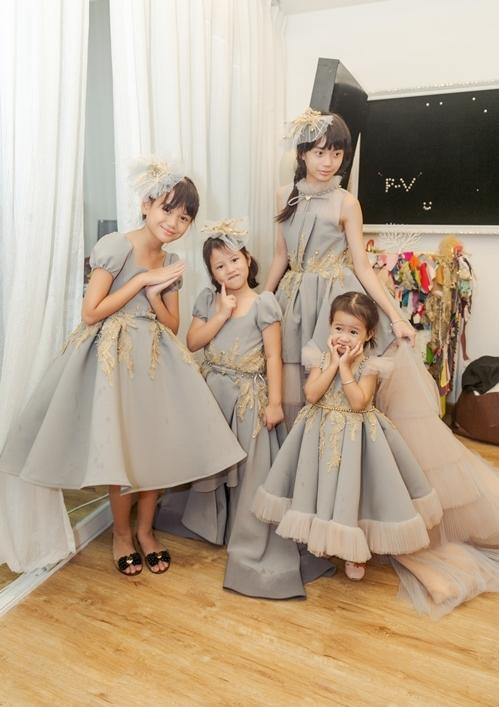 4 bé được mẹ cho diện đồ đồng điệu xinh như công chúa.