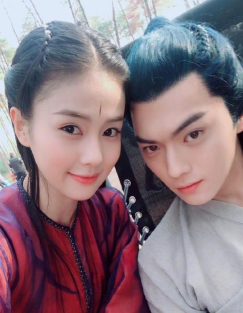 Ảnh tự sướng thân thiết của Bạch Lộc - Hứa Khải khi đóng phim chung. Chuyện tình cảm của hai người nhận nhiều gạch đá từ cộng đồng mạng Trung Quốc.