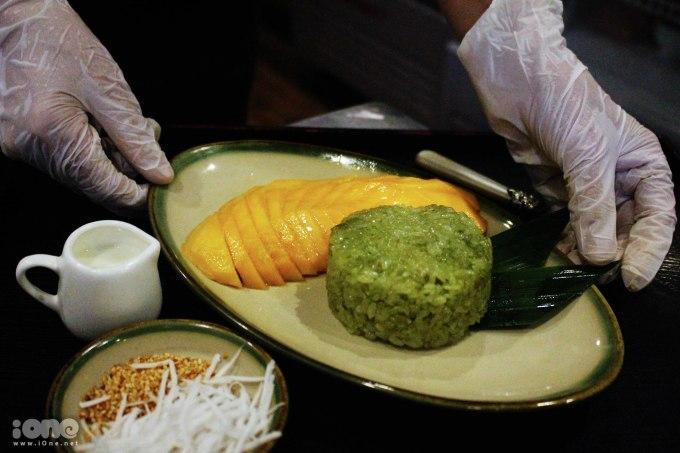 """<p> """"Để làm nên món xôi xoài, gạo được tuyển chọn là gạo nếp cái hoa vàng, vo sạch rồi ngâm với nước cốt lá dứa trong vòng 12 tiếng để tạo màu xanh đẹp mắt cũng như mùi thơm của xôi. Xoài được chọn phải là xoài Cát Chu quả to, mọng, chín vàng. Nhưng điểm nhấn của món ăn này - nước sốt ăn kèm - chính là nước cốt sữa dừa non đặc trưng do tôi tự nghĩ ra"""", cô Lan chia sẻ thêm.</p>"""