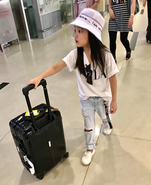 Cô nhóc 7 tuổi sớm định hình phong cách thời trang riêng, có thể tự mix đồ mà không cần đến sự trợ giúp của mẹ. Diễn viên nhí thích mặc áo phông cùng quần jeans bụi bặm, chất chơi cả lúc ra sân bay.