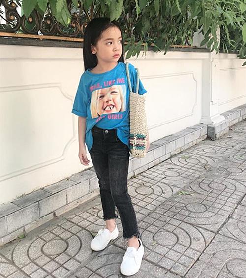 Vẻ kiêu sa của cô nhóc trong những bức hình street style chẳng kém các fashionista đàn chị.