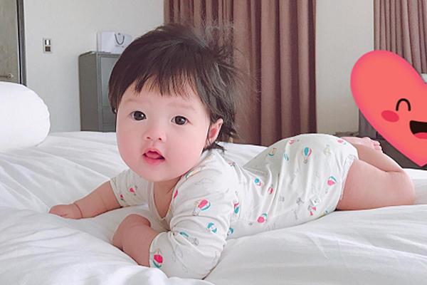 Mới đây, nhân dịp Sophie tròn sáu tháng tuổi, hoa hậu đăng hình rõ mặt con