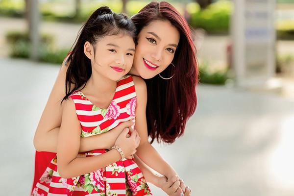 Con gái của Trương Ngọc Ánh có nhiều nét đẹp giống mẹ như gương mặt tròn đầy phúc hậu, khuôn miệng cười xinh xắn.Cô nhóc sinh năm 2008, năm nay vừa tròn 10 tuổi. Với vóc dáng dong dỏng cao, Bảo Tiên được dự đoán sẽ nhanh chóng thành một mỹ nhân tiềm năng của Vbiz.