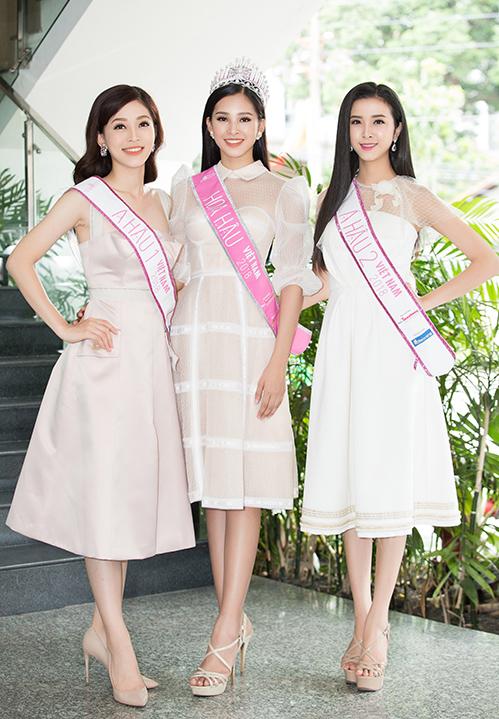 Tiểu Vy cũng chỉ kết hợp cùng một đôi giày duy nhất là sandals quai chéo. Đây là đôi giày được cô trung thành suốt mùa Hoa hậu Việt Nam 2018.