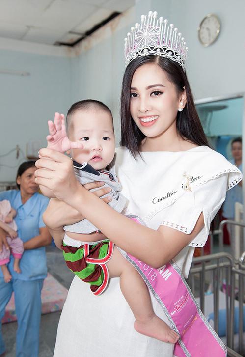 Ngay cả khi đi từ thiện, Tiểu Vy vẫn gắn bó cùng váy trắng đơn giản, trông nữ tính nhưng có phần khá an toàn.