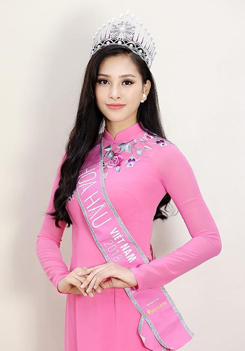 Ngoài váy cocktail trắng, mỹ nhân Quảng Nam cũng thường diện các kiểu áo dài với nhiều màu sắc rực rỡ như hồng, đỏ, vàng, xanh...