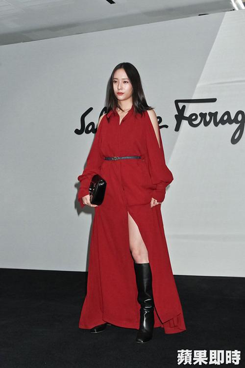 Chiều 22/9 (giờ địa phương), Krystal tham dự show diễn của Salvatore Ferragamo tại Milan Fashion Week với tư cách khách mời.