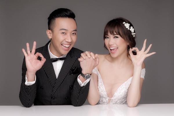 Trấn Thành - Hari Won cưới nhau cuối 2016 sau nhiều sóng gió. Đến nay, họ chứng minh mình là cặp đôi hạnh phúc khi luôn xuất hiện cạnh, chăm sóc, động viên nhau. Ảnh cưới của họ từng tung ra khiến nhiều fan ghen tỵ bởi độ ngọt ngào. Tuy nhiên, sự hài hước cũng toát lên trong những khoảnh khắc.