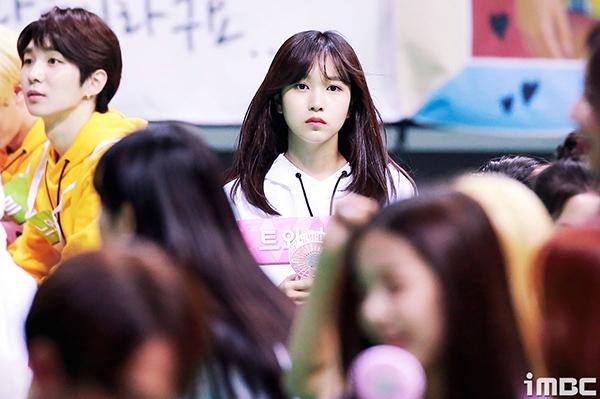Mina (Twice) lộ rõ vẻ mệt mỏi, buồn ngủ khi phải ghi hình từ sáng sớm.