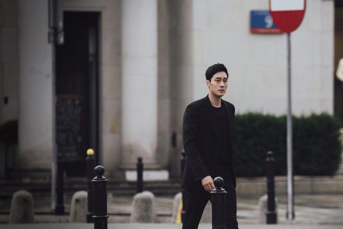 """<p> Trong """"Terius behind me"""", So Ji Sub vào vai Kim Bon/Terius, chàng điệp viên bí mật trực thuộc Cục tình báo quốc gia. Sau một lần làm nhiệm vụ thất bại, anh bị gán tội nội gián và bị đuổi việc. Khi quay trở về với cuộc sống đời thường, Kim Bon luôn lo lắng vì sợ bị trả thù hoặc phát hiện ra quá khứ của mình.</p>"""