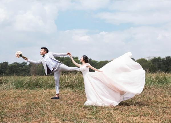 Khoảnh khắc vui nhộn trong bộ ảnh cưới của Lê Dương Bảo Lâm đậm phong cách nghề nghiệp.