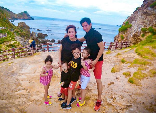 Cả gia đình Lý Hải - Minh Hà rủ nhau đi du lịch Eo Gió.