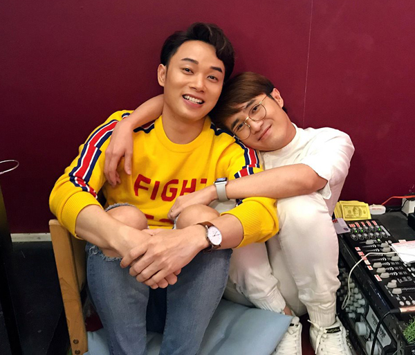 Huỳnh Lập và Trúc Nhân ôm nhau đầy tình cảm trong phòng thu âm.