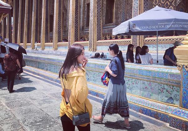 Lâm Á Hân gây tranh cãi khi diện chiếc áo trễ vai, xẻ lưng táo bạo khi tham quan chùa Vàng, Thái Lan.