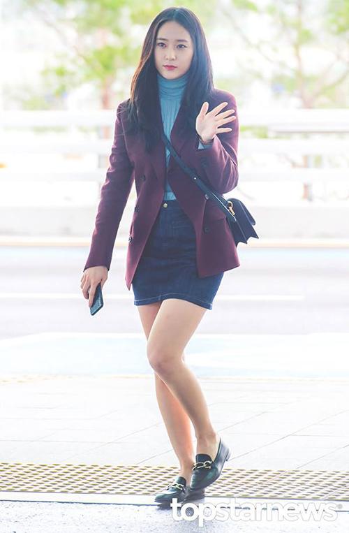 Krystal luôn trung thành với style nữ sinh với chân váy ngắn, giày bệt. Vừa mới vào thu nhưng nhiều sao Hàn đã chuộng mặc áo cao cổ. Jung Sister được khen ngợi vì luôn chọn trang phục tiện dụng nhưng vẫn sành điệu khi ra sân bay.
