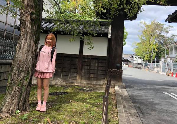 Khởi My diện đồ màu hồng đáng yêu như cô nữ sinh trong chuyến du lịch Nhật Bản.
