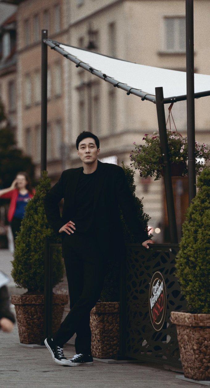 """<p> Trong bộ vest đen bí ẩn, ngoại hình của anh càng thêm """"chất lừ"""" hút mắt người hâm mộ. Tuy đã là """"ông chú U40"""" nhưng So Ji Sub vẫn cực kì phong độ.</p>"""