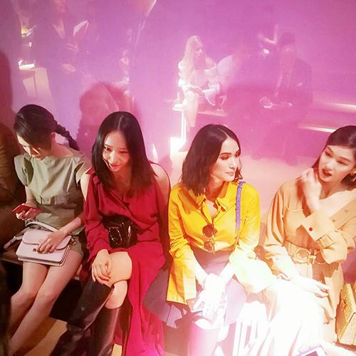 Một số ngôi sao khác cũng đã có mặt tại sự kiện để theo dõi BST 2019 của Salvatore Ferragamo. Nữ diễn viên Crazy rich Asians, Heart Evangelista (áo vàng) ngồi cạnh Krystal tren hàng ghế đầu của show diễn.