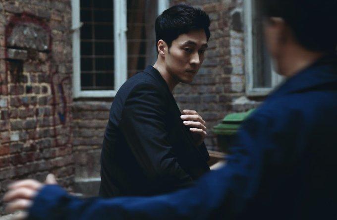 """<p> """"Không phải kiểu đẹp như hoa nhưng So Ji Sub rất manly, mạnh mẽ đậm chất soái ca. Anh ấy lại có nhân cách tốt không dính scandal. Bấy nhiêu thôi cũng đủ khiến fan đổ gục"""", một netizen bình luận.</p>"""
