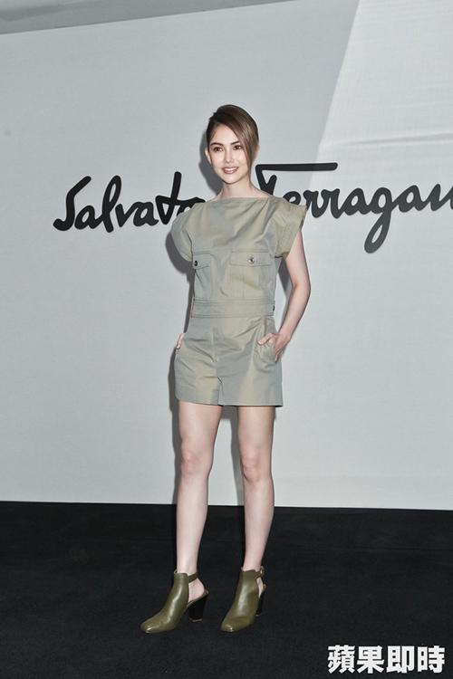 Người mẫu Côn Lăng diện đầm ngắn khoe chân dài miên man.