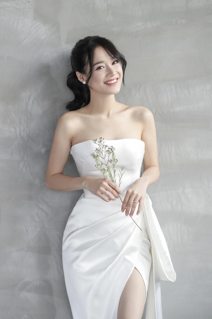 """<p> Để những chiếc váy cưới hợp với hình tượng """"ngọc nữ"""" của Nhã Phương, Chung Thanh Phong chú trọng kỹ thuật cắt may với những đường nét mang phom dáng quyến rũ, đồng thời chọn chất liệu satin cao cấp, trơn, không đính kết được nhập từ Ý và Pháp.</p>"""