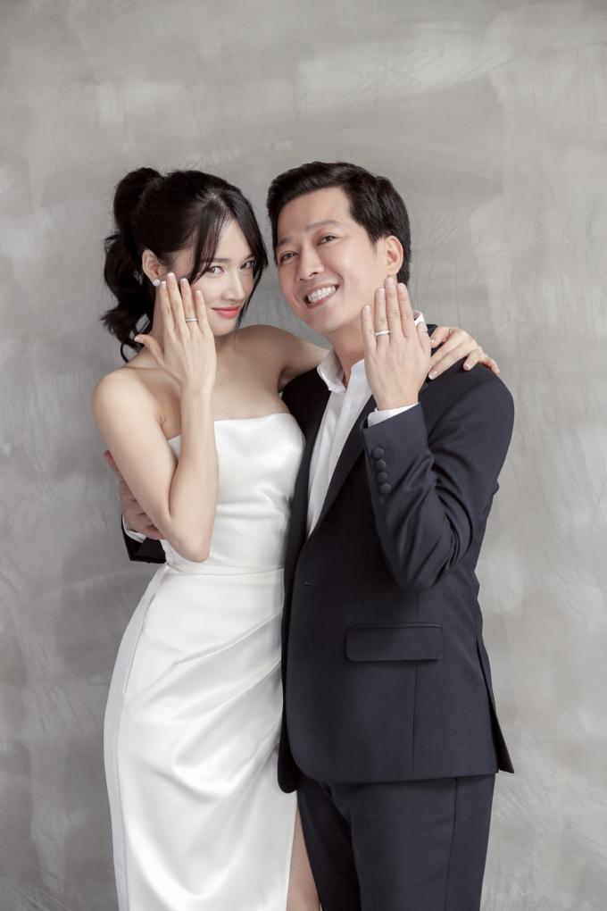 <p> Đám cưới Nhã Phương - Trường Giang diễn ra vào ngày 25/9 này đang được công chúng chờ đón. Từ khuya qua, một tấm ảnh cưới của cả hai được NTK Chung Thanh Phong chia sẻ đã khiến sức nóng của sự kiện này được đẩy lên. Mới đây, toàn bộ ảnh cưới ngọt ngào của Trường Giang - Nhã Phương chính thức được tung ra.</p>