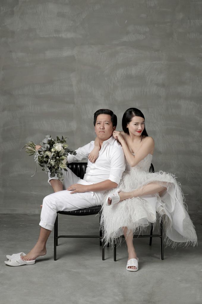 """<p> Hết ngọt ngào, cặp đôi lại phá cách với những kiểu tạo dáng, pose hình độc. Cô dâu - chú rể không ngại """"làm xấu"""" khi mặc trang phục cưới lại đi dép tổ ong.</p>"""