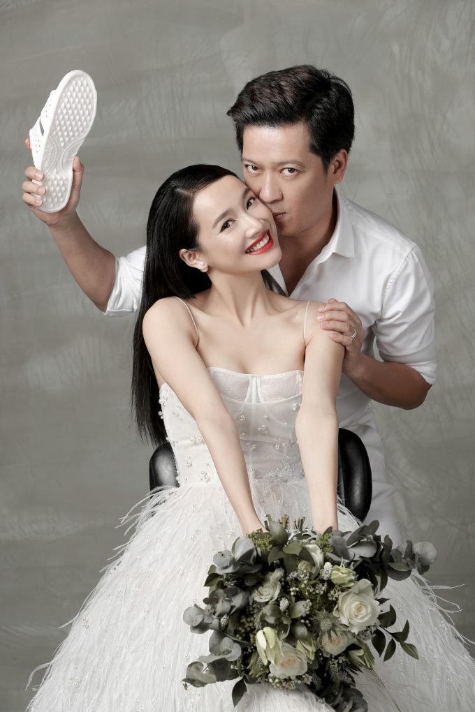 <p> Nắm bắt tính cách của Trường Giang - Nhã Phương, một người thích sự đơn giản, tinh tế, một người thì hóm hỉnh, dễ thương nên ekip Chung Thanh Phong chọn tông màu trắng chủ đạo và thực hiện bộ ảnh tại studio.</p>