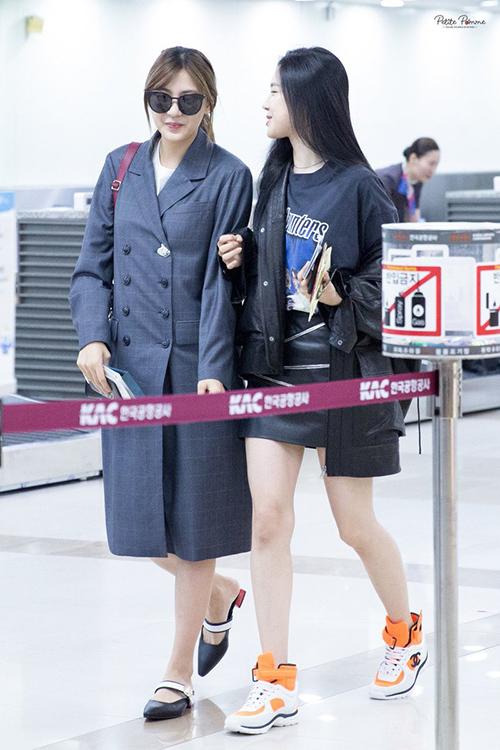 Ha Young và Na Eun xuất hiện với hình ảnh girlcrush với áo trench coat và áo khoác da ở sân bay. Cả hai thành viên Apink chuộng trang phục màu xám trung tính.