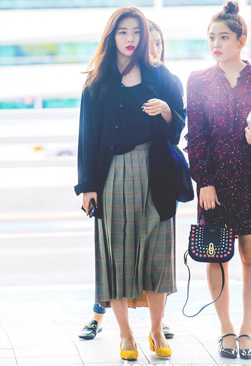 Chân váy xếp ly dài, áo khoác mỏng tạo nên phong cách mùa thu đầy lãng mạn của Seul Gi. Nữ ca sĩ chọn giày màu nổi để tạo điểm nhấn cho trang phục.