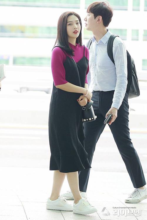 Joy phối váy hai dây nữ tính cùng áo len mỏng, giày thể thao năng động. Thành viên Red Velvet không trang điểm đậm, chỉ dùng son môi để khuôn mặt thêm tươi tắn.