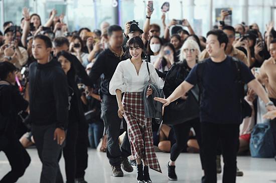 Tiffany được bảo vệ nghiêm ngặt ở sân bay Thái. Thành viên SNSD kết hợp áo sơ mi trắng, váy caro cá tính.