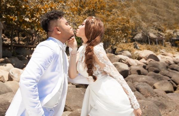 Vinh Râu vốn có khiếu pha trò nên trong bộ ảnh cưới không thể thiếu những khoảnh khắc nhắng nhít như thế này.